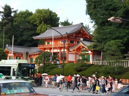 Yasaka Shrine!